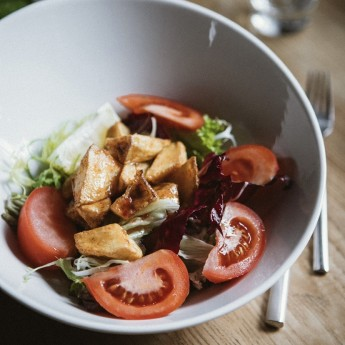Баклажан з листям салату та соусом Понзу