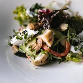 Салат з овочами гриль і кремовим козячим сиром