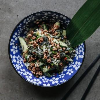 Салат з огірком та кунжутним соусом